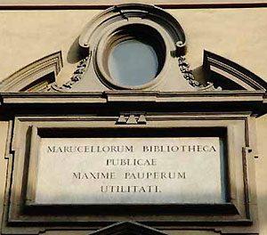 L'iscrizione sopra il portale di ingresso della Biblioteca