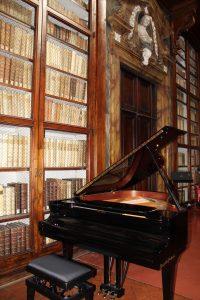 IL PIANOFORTE NEL SALONE DI LETTURA